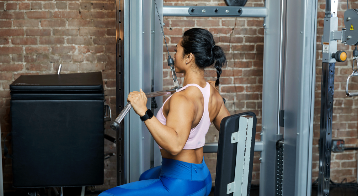 How is the lat pulldown exercise done without mistakes